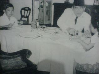 Piring, Sendok, Garpu. Adegan makan Soekarno dengan Megawati dan Guntur.